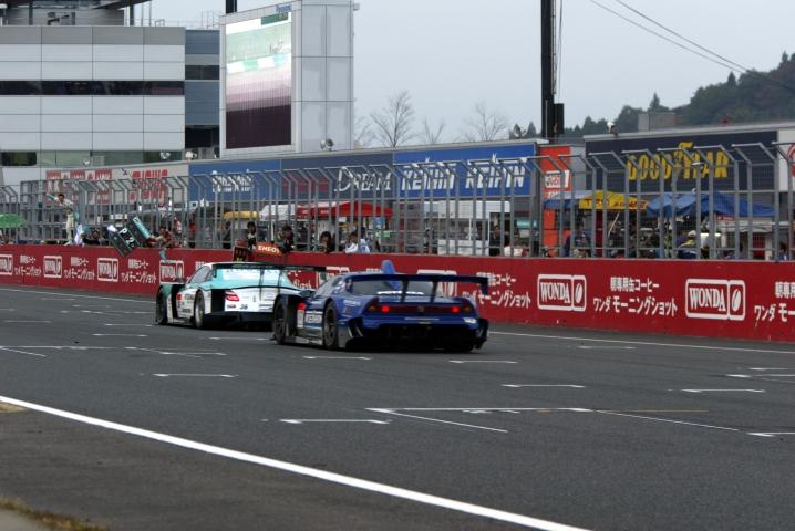 終盤襲い掛かってきた#17塚越広大を振り切り、2位15ポイントを得た#36ペトロナスSCが2009ドライバーズタイトルを獲得!