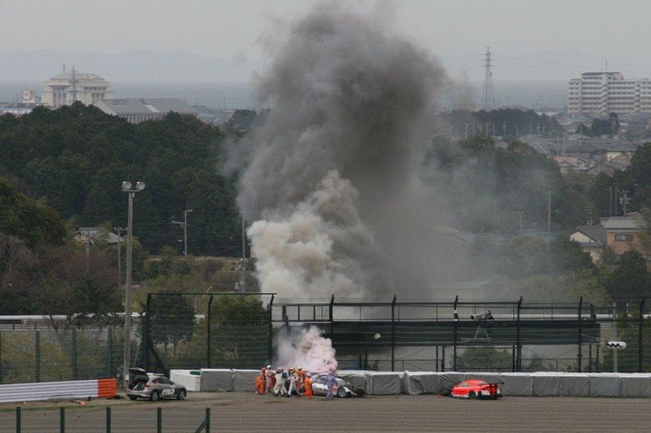 決勝レース: 1コーナーのアクシデントでクラッシュパッドが燃え上がった #2