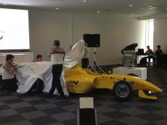 坂東正明代表と大岩湛矣JMIA会長の手でお披露目されるFIA-F4マシン「F110」