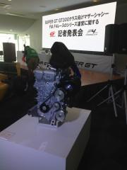 トムスが開発したTZR42エンジン。 エアインテークが斜めになっていることから、やや右に傾けて搭載するものと思われる