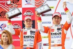 2位表彰台を獲得した大嶋和也(右)と国本雄資(左)