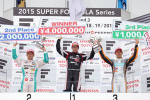 ジョアオ・パオロ・デ・オリベイラ(中央)が今季初勝利。中嶋一貴(左)が2位、石浦宏明(右)が3位に入り、トヨタ勢が表彰台を独占した