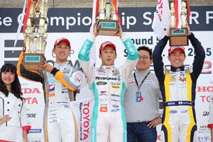 中嶋一貴(中央)が今季初勝利。石浦宏明(左)が2位、小林可夢偉(右)が3位に入り、TDP出身の日本人トヨタドライバー3人による表彰台独占となった