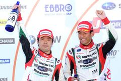 GT300クラスで2位表彰台を獲得した嵯峨宏紀(左)と中山雄一(右)