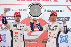 ポール・トゥ・ウィンで今季2勝目を挙げたKeePer TOM'S RC F 37号車のアンドレア・カルダレッリ(左)と平川亮(右)