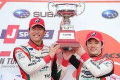 圧倒的な速さでポール・トゥ・ウィンの今季2勝目を飾ったTOYOTA PRIUS apr GT 31号車の嵯峨宏紀(右)と中山雄一(左)