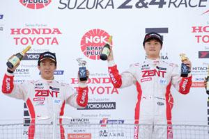 第2戦で1-2フィニッシュを決めた山下健太(右)と坪井翔(左)