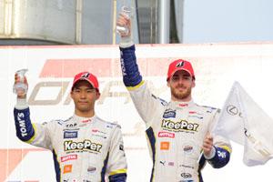 2位表彰台を獲得したジェームス・ロシターと平川亮