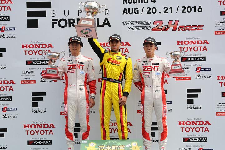 表彰式: 優勝・ヤン・マーデンボロー(中央)、2位・山下健太(左)、3位・坪井翔(右)