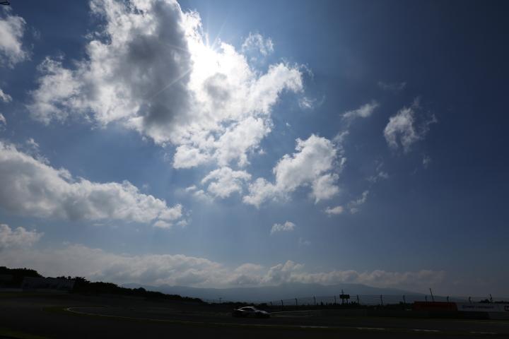 フリー走行: 積乱雲の下を行く