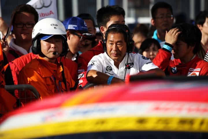 決勝レース: GT300クラス優勝チーム監督の土屋圭市氏(AUTOBACS RACING TEAM AGURI)