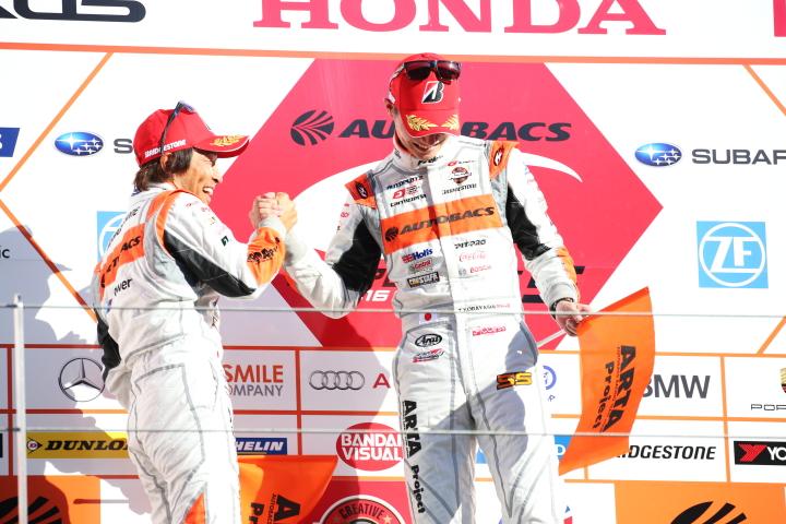 表彰式: GT300クラス優勝の高木真一と小林崇志(AUTOBACS RACING TEAM AGURI)