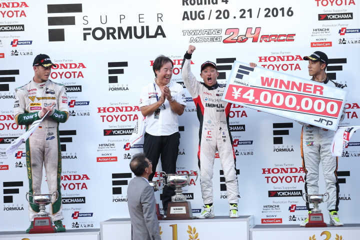 表彰式: 優勝した関口雄飛(中右)、2位・アンドレ・ロッテラー(左)、3位・石浦宏明(右)