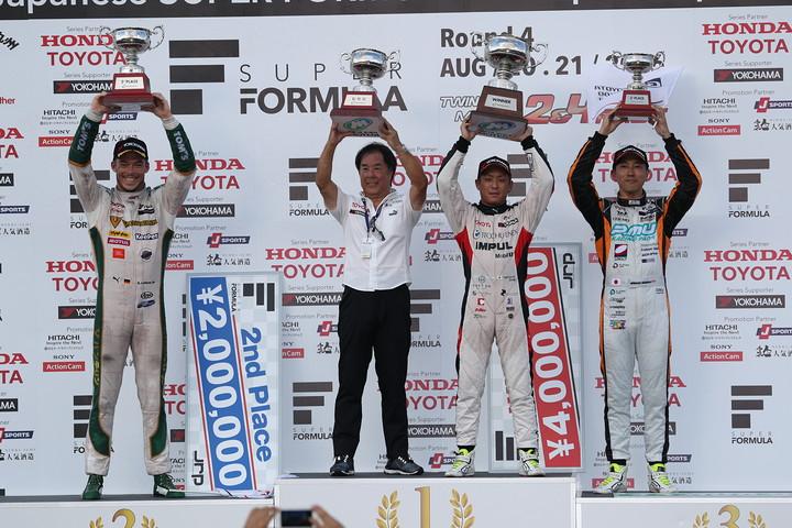 表彰式: 優勝・関口雄飛、2位・アンドレ・ロッテラー、3位・石浦宏明