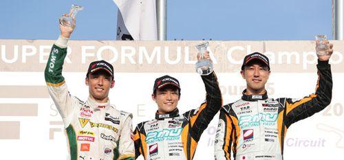 レース2でシリーズ戦初優勝を飾った国本雄資(中央)と2位に入った中嶋一貴(左)、3位の石浦宏明(右)