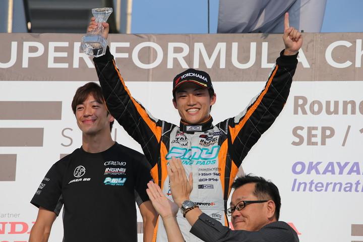 決勝レース2表彰式: 優勝した国本雄資と立川祐路監督(P.MU/CERUMO · INGING)