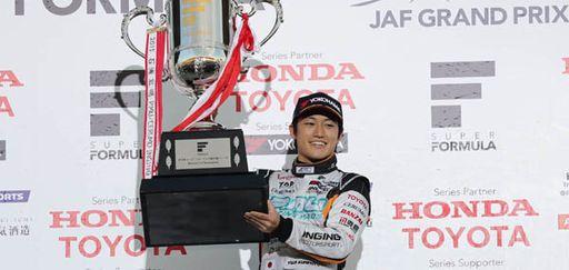 レース1で勝利、レース2は6位に入り悲願のドライバーズチャンピオンを獲得した国本雄資(P.MU/CERUMO・INGING)