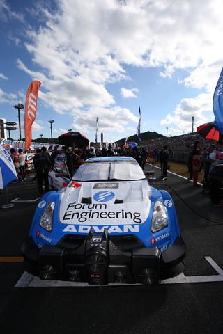 決勝レース: グリッドに付いたフォーラムエンジニアリングADVAN GT-R(KONDO RACING)