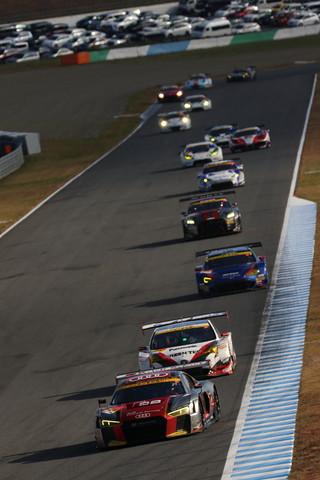 決勝レース: 4コーナーから5コーナーへ向かうGT300クラスの先頭集団