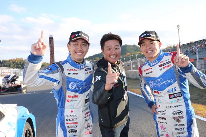 決勝レース: 優勝したコンドーレーシング。柳田真孝、近藤真彦監督、佐々木大樹