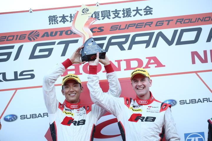 表彰式: GT300クラスで優勝した藤井誠暢とリチャード・ライアン(Audi Team Hitotsuyama)