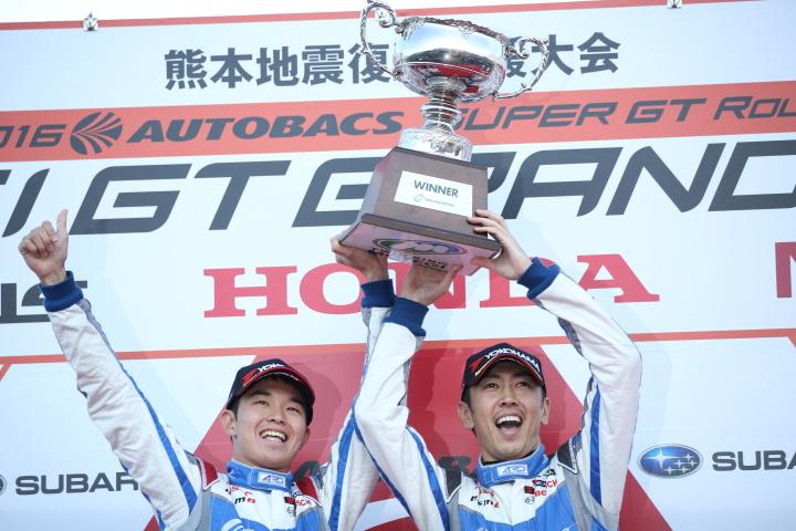 表彰式: GT500クラスで優勝した佐々木大樹と柳田真孝(KONDO RACING)