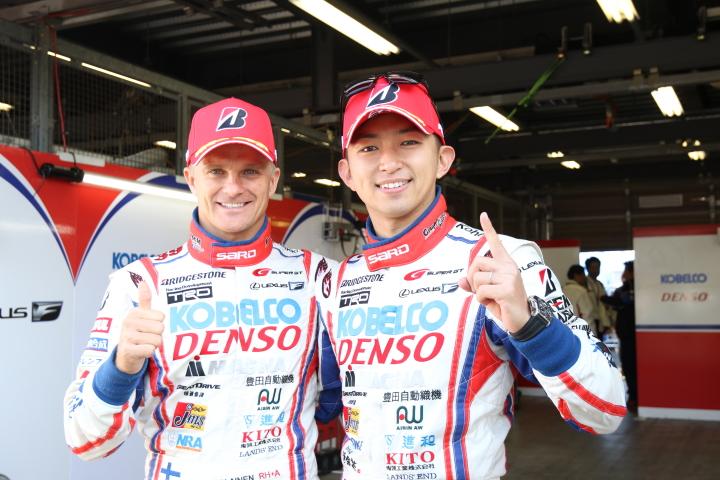 公式予選: ポールポジションを獲得したヘイッキ・コバライネンと平手晃平(LEXUS TEAM SARD)