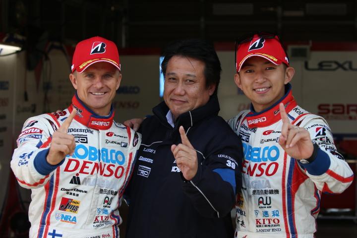 公式予選: ポールポジションを獲得したヘイッキ・コバライネン、チーム監督と平手晃平(LEXUS TEAM SARD)