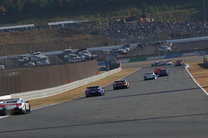 決勝レース: 2コーナーから3コーナーに向かうGTマシン