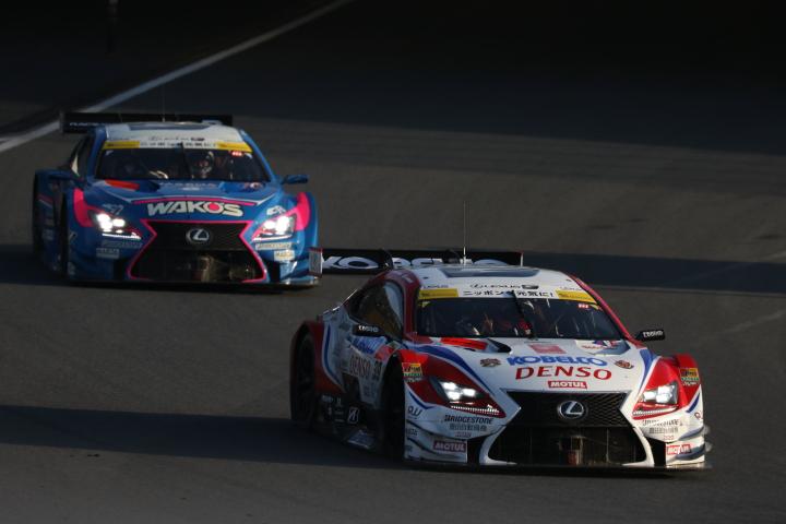 決勝レース: ヘイッキ・コバライネン(DENSO KOBELCO SARD RC F)と大嶋和也(WAKO'S 4CR RC F)のトップ争い
