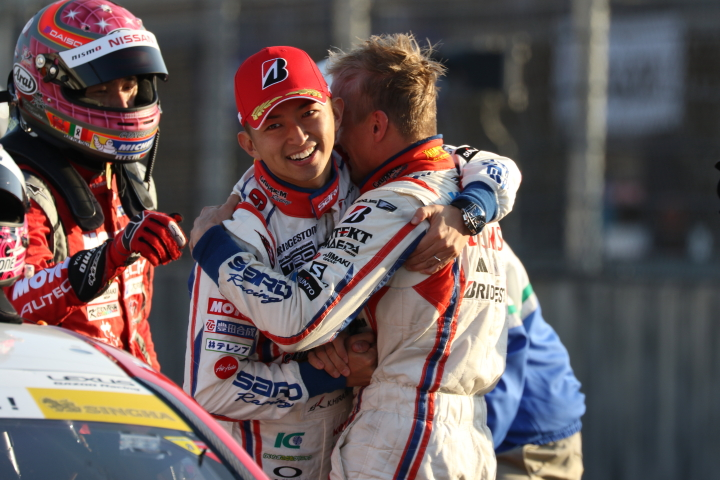 決勝レース: 優勝してチャンピオンを決め抱き合う平手晃平とヘイッキ・コバライネン(LEXUS TEAM SARD)