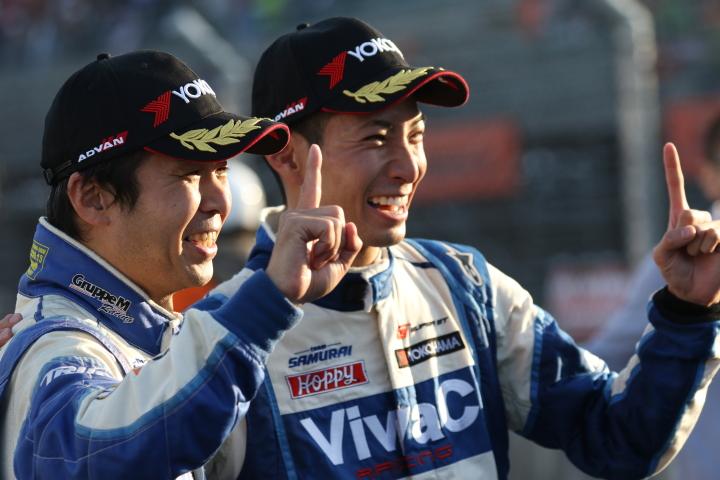 決勝レース: GT300クラスで優勝しチャンピオンを決めた土屋武士と松井孝允(VivaC team TSUCHIYA)