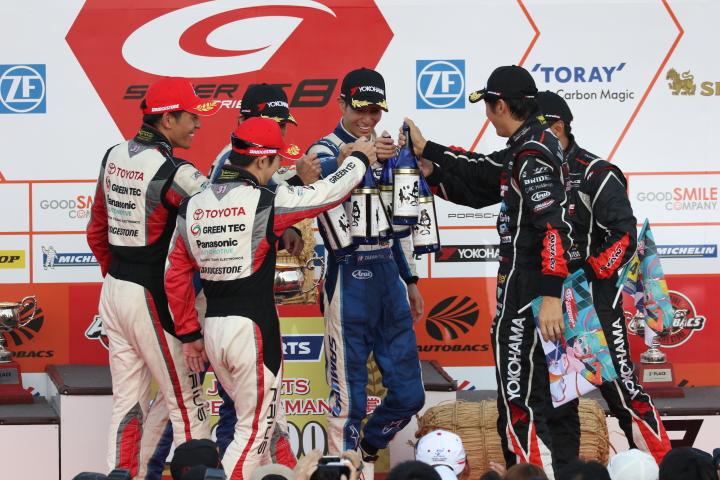 表彰式: 健闘をたたえあうGT300クラスのトップ3のドライバーたち