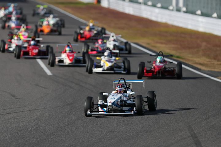 スタート直後の1コーナー。PPの浦田裕喜がトップ、2位には好スタートの八巻渉が予選5位から上がる