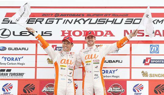 今季初優勝を飾った中嶋 一貴とジェームス・ロシター