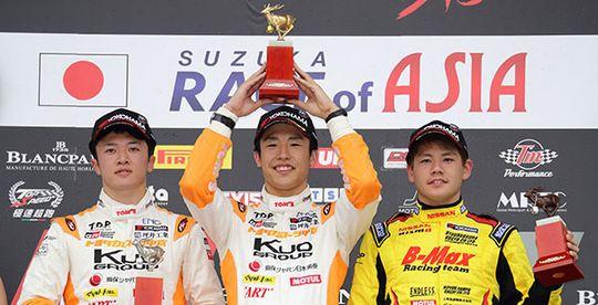 第10戦で自身初勝利を挙げた坪井翔(中央)と2位に入った宮田莉朋(左)