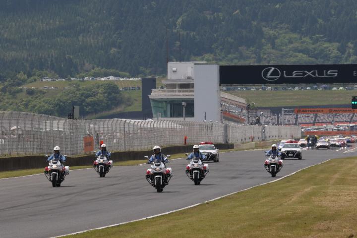 決勝レース: 大分県警による交通安全啓発のパレードラップ