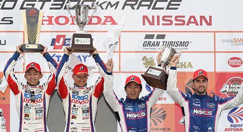 今季初勝利を挙げたヘイキ・コバライネン/平手晃平と3位に入った大嶋和也/アンドレア・カルダレッリ
