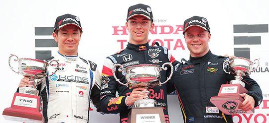 2位でフィニッシュした小林可夢偉(左)と3位で連続表彰台獲得のフェリックス・ローゼンクヴィスト(右)