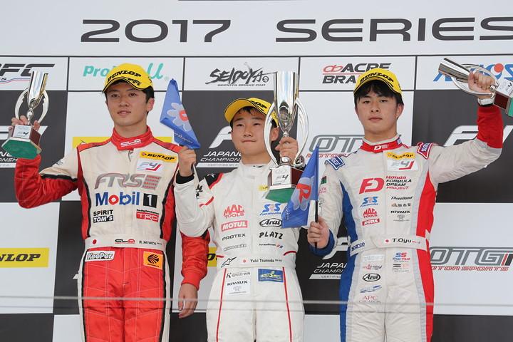 表彰式: 優勝・角田裕毅(中央)、2位・宮田莉朋(左)、3位・大湯都史樹(右)