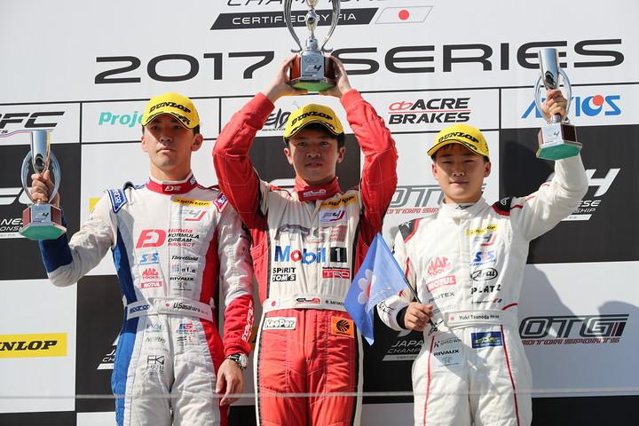 表彰式: 優勝・宮田莉朋(中央)、2位・笹原右京(左)、3位・角田裕毅(右)