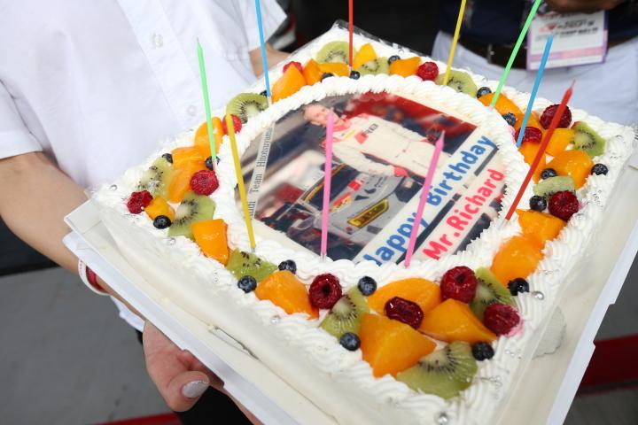 ピットウォーク: Audi Team Hitotsuyama、リチャード・ライアンの誕生パーティー