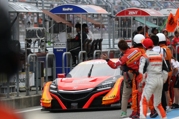 決勝レース: GT500クラスで優勝したARTA NSX-GT