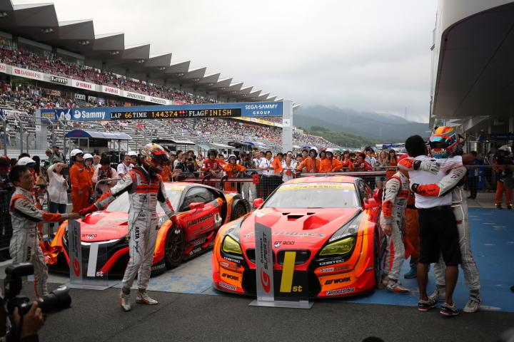 決勝レース: GT500クラスで優勝したARTA NSX-GTとGT300クラスで優勝したARTA BMW M6 GT3