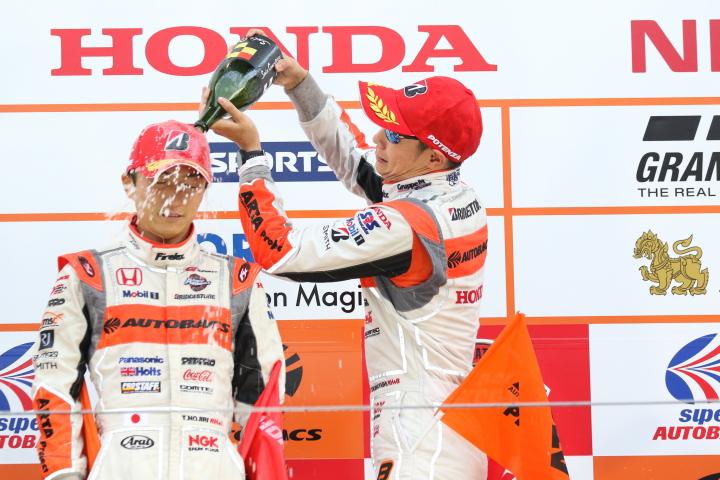 表彰式: シャンパンファイトはGT500ウィナーの野尻智紀と小林崇志(AUTOBACS RACING TEAM AGURI)