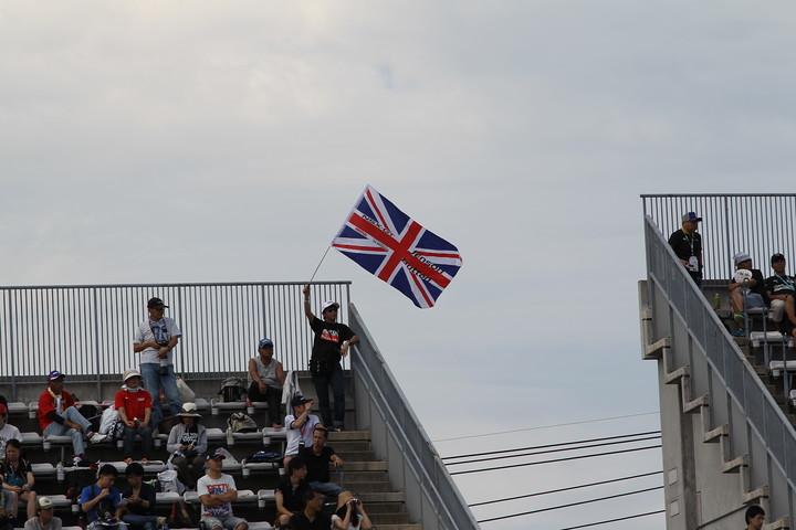 ジェイソン・バトンの母国、イギリスのユニオンジャックを振る観客