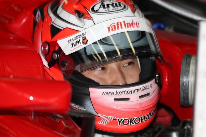 公式予選: ピットで待機する山下健太(KONDO RACING)