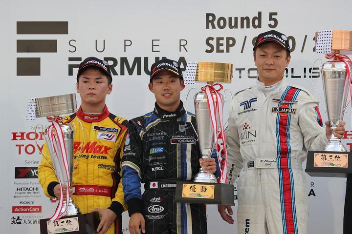 Nクラス表彰式: 優勝・元嶋佑弥(中央)、2位・澤田真治(左)、3位・大塚隆一郎(右)