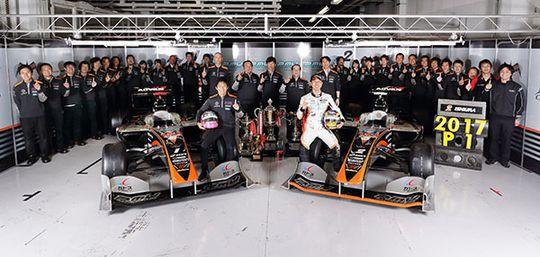 2017年のスーパーフォーミュラドライバーズチャンピオンに輝いた石浦宏明と、2年連続のチームタイトルを獲得したP. MU / CERUMO・INGING