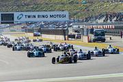 快晴の下、12周の決勝レースがスタートした